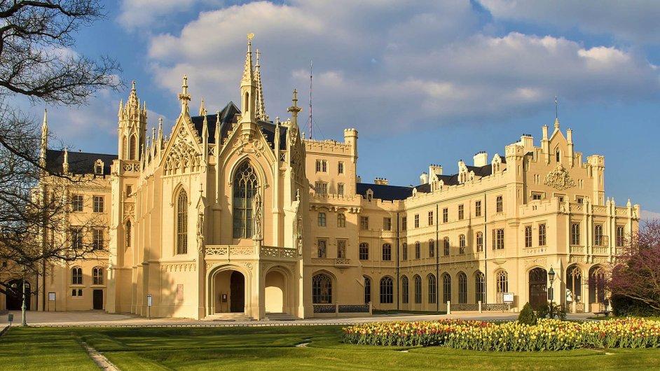 Novogotický zámek má na čtyři stovky pokojů.