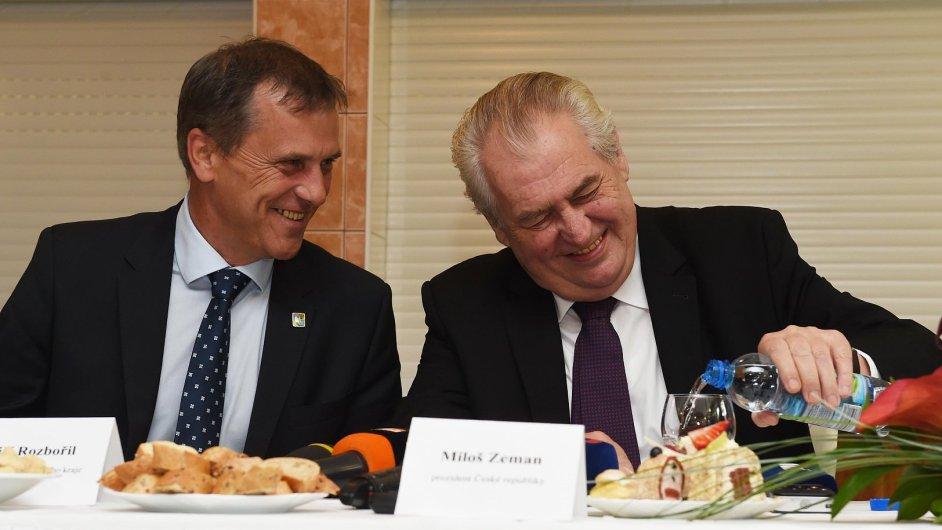 Prezident Miloš Zeman na návštěvě Olomouckého kraje. Na snímku vlevo je hejtman Jiří Rozbořil.