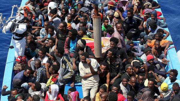 Skupina 300 Afričanů na pobřeží Sicílie