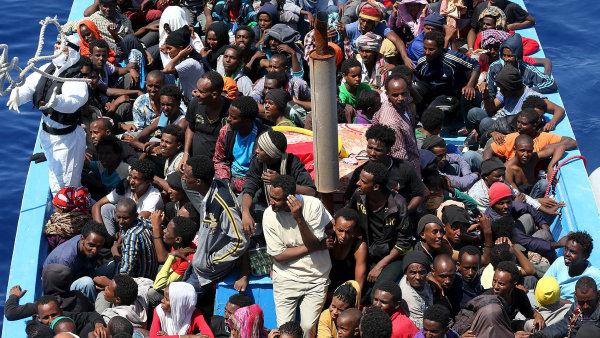 Mohli ��t v n�jak� kr�sn� zemi pln� tolerantn�ch lid�, ale byli donuceni se usadit v �esk� xenofobn� republice.