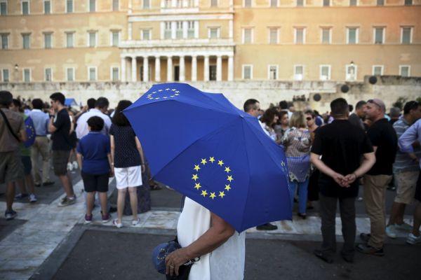 Před budovou parlamentu v Aténách protestují proevropští Řekové.