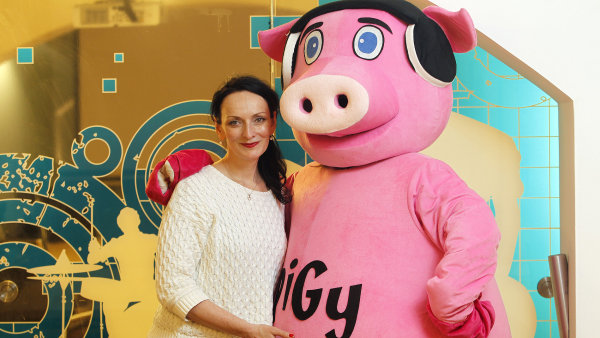 Zdenka Chocholoušová s maskotem rádia Pigy, které úspěšně expanduje do dalších oblastí.