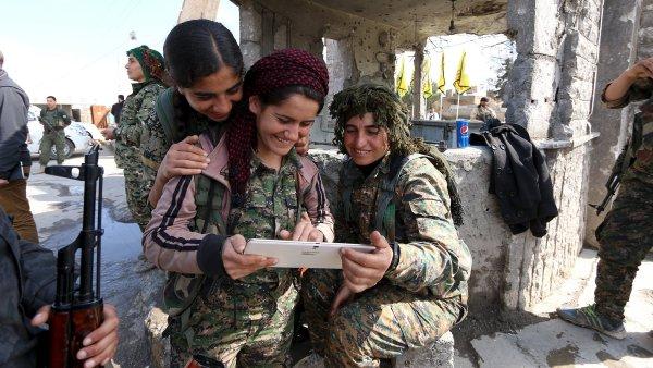 Vojačky Demokratických sil Sýrie ve městě al-Shadadi v provincii Hasaka.