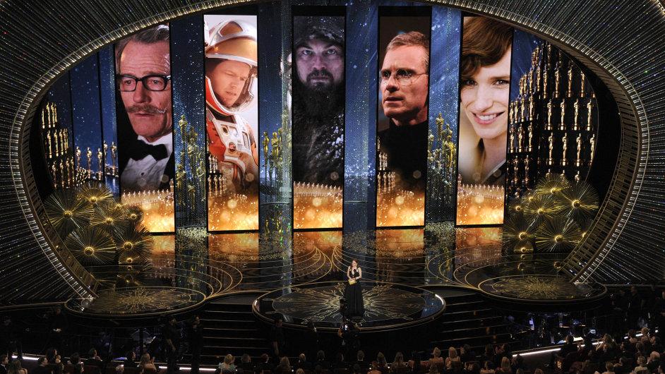 Julie Mooreová předávala ocenění pro nejlepšího herce v hlavní roli ve slavném Dolby Theatre v Los Angeles.