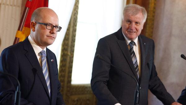 Bohuslav Sobotka jednal s bavorsk�m premi�rem Horstem Seehoferem b�hem dvoudenn� n�v�t�vy Bavorska tak� o uprchl�c�ch.