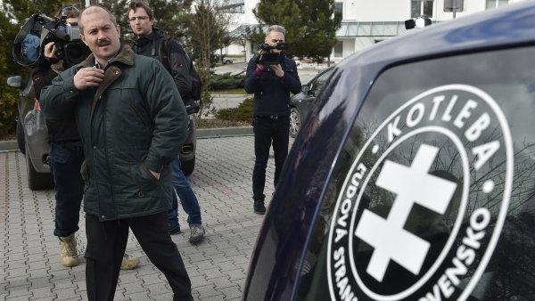 Logo LSNS s jejím předsedou Marianem Kotlebou v pozadí.