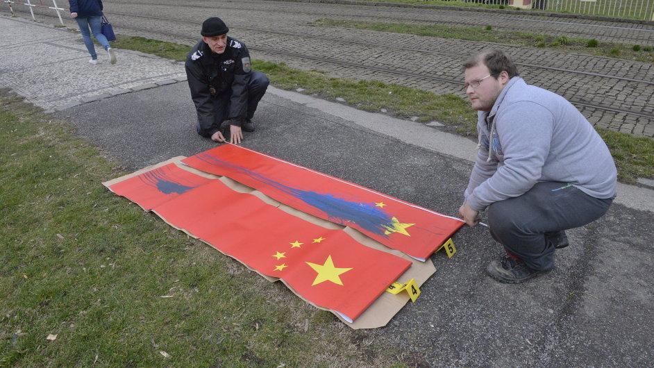 Ušpiněné čínské vlajky barvou.