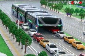 ��na p�edstavila futuristick� autobus, pod kter�m proj�d�j� auta. Uleh�� doprav� i �ivotn�mu prost�ed�