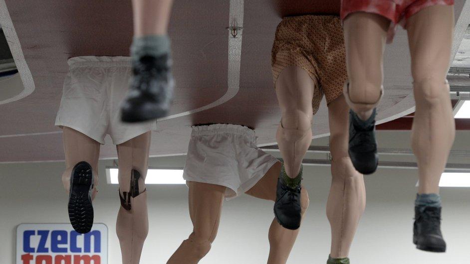 David Černý pro olympiádu vytvořil umělecké dílo znázorňující nohy Emila Zátopka.