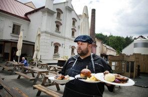 �n�tick� pivo dobylo Prahu, pivovarsk� restaurace jej m�ch� snad �pln� do v�eho