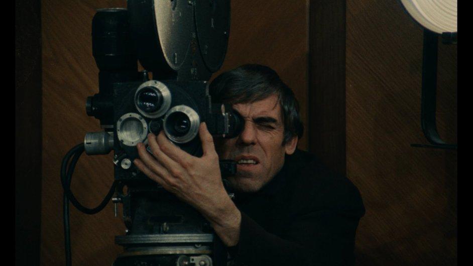 Raoul Coutard při natáčení filmu režiséra Costy-Gavrase Doznání z roku 1970.