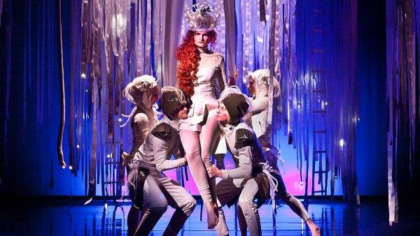 Snímek z inscenace Shakespearova Snu noci svatojánské, který na Fidlovačce režírovala budoucí umělecká šéfka Kateřina Dušková.