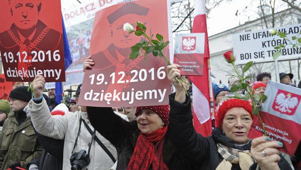 V neděli se před polským Ústavním soudem sešli lidé, aby poděkovali předsedovi soudu za jeho boj proti omezování nezávislosti této instituce.