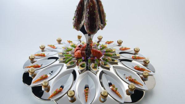 Soutěžní zadání znělo: Jakákoliv variace kuřete a mořských plodů, servírovaná na tácu. Vítěz soutěže Mathew Peters z USA vytvořil tuto kreaci.