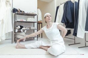 Jóga, meditace a lněné oblečení: Oděvní návrhářka a jogínka otevřela v centru Prahy multifunkční prostor