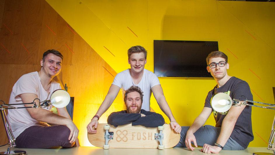 Martin Horák (uprostřed nahoře) se svým týmem, který vymyslel virtuálního kouče Fosh pro skateboardisty.