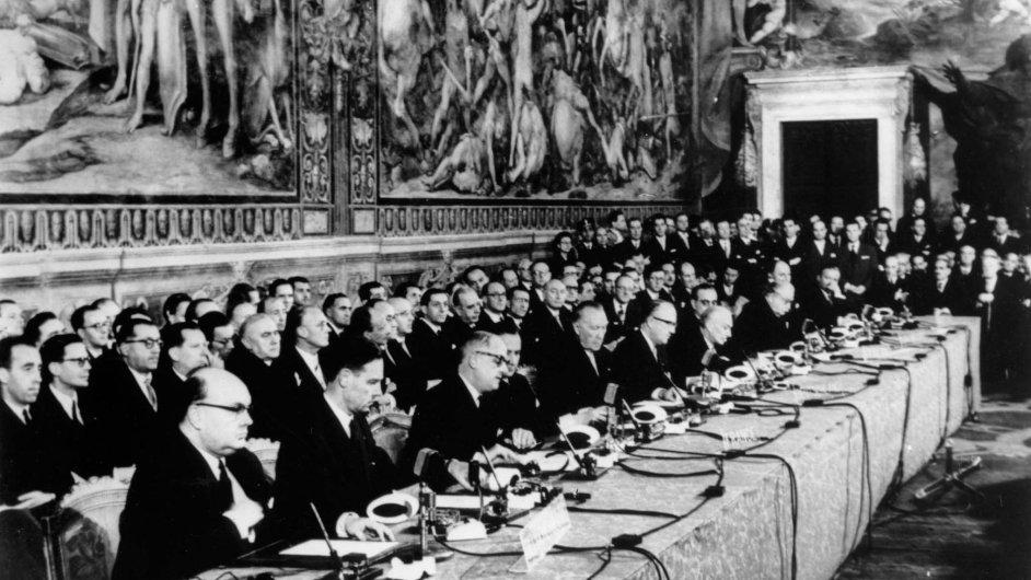 Základ dnešní EU položili státníci šesti zemí nařímském Kapitolu 25.3. 1957. Na historické fotografii stvrzují římské smlouvy zástupci Francie, Německa, Itálie a zemí Beneluxu.