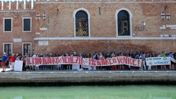 Benátky jsou moje budoucnost, hlásal nápis, s nímž Benátčené dávali při protestech najevo, že si své město turisty nenechají vzít.