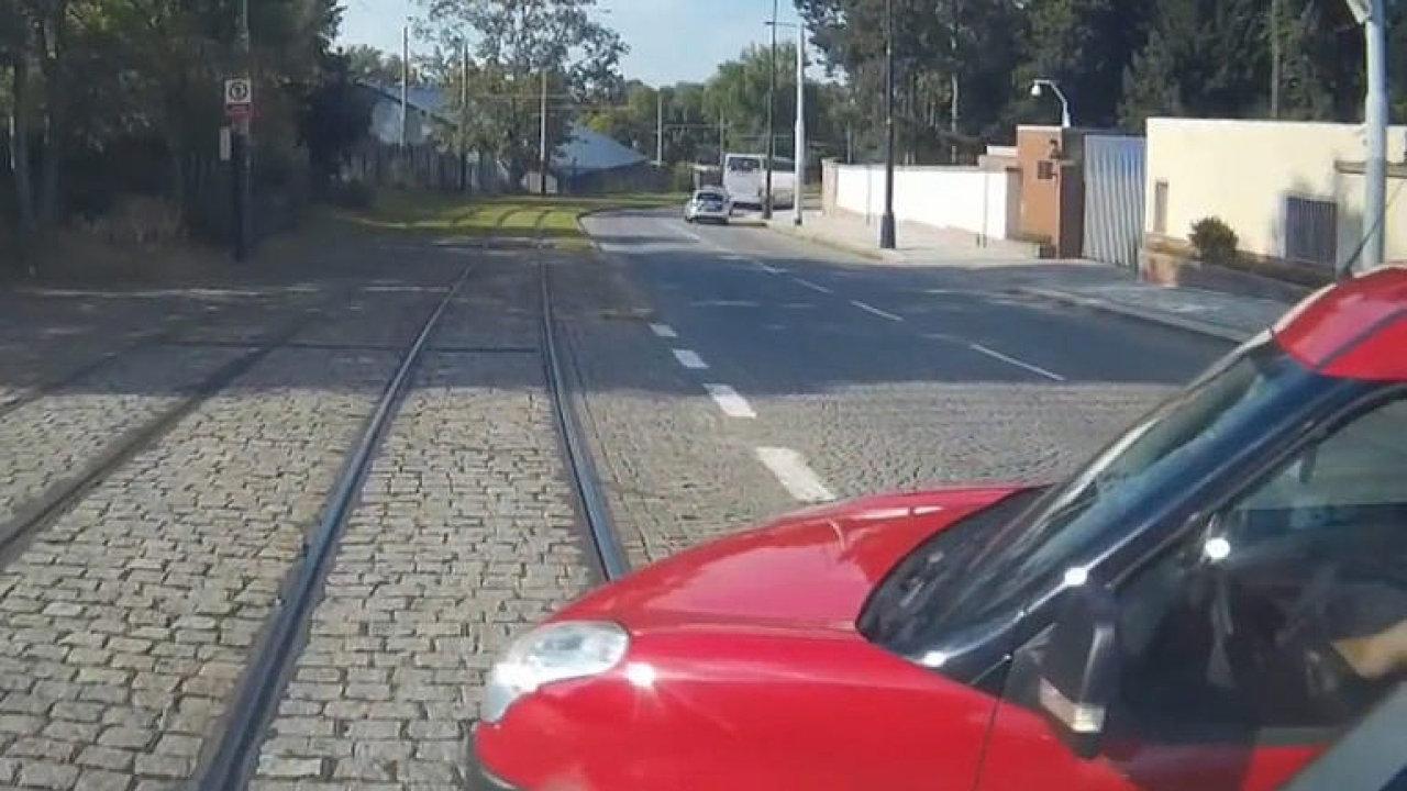 Záběry z pražské tramvaje: chodci a řidiči neuvěřitelně riskují a nedávají pozor.