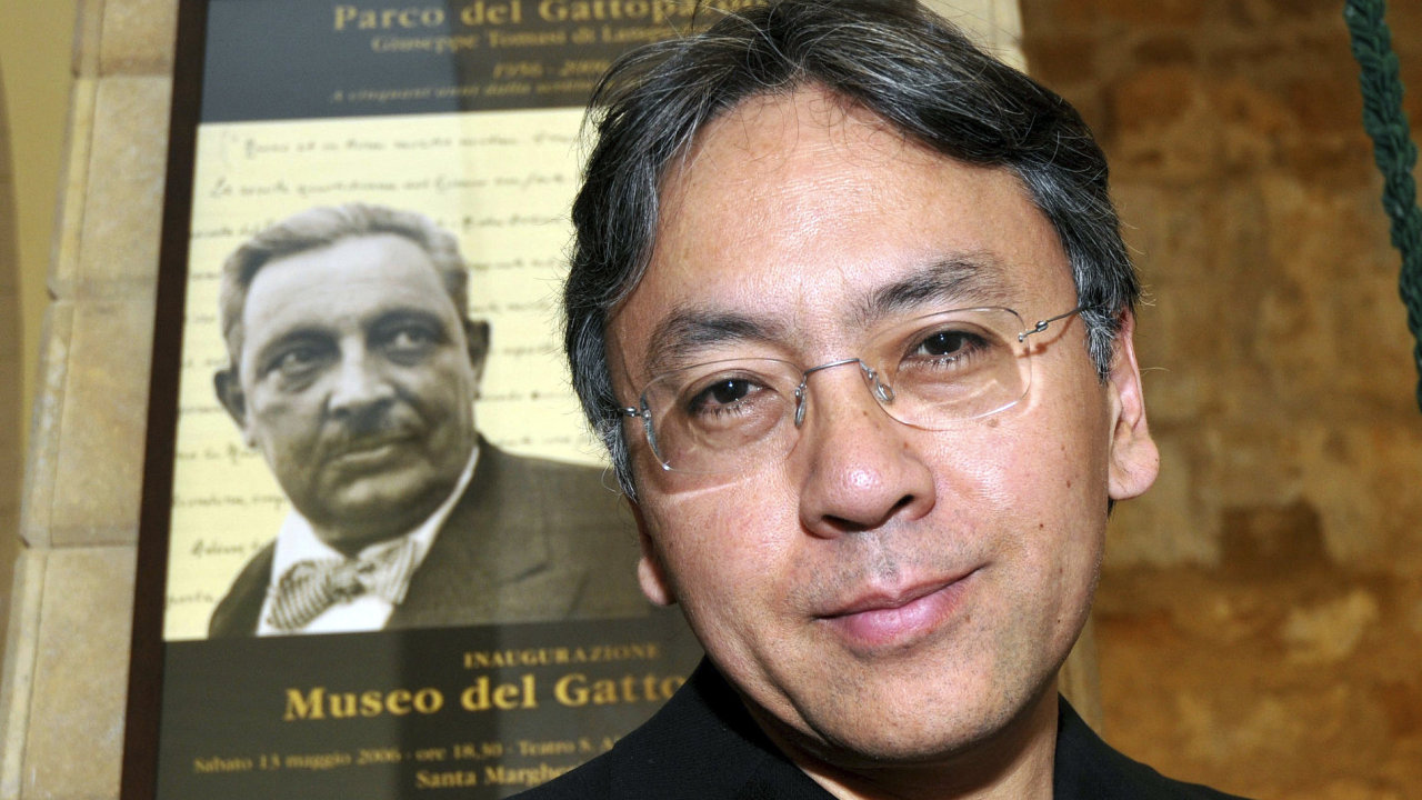 Kazuo Ishiguro je na snímku z roku 2009 krátce předtím, než v Itálii převzal cenu.