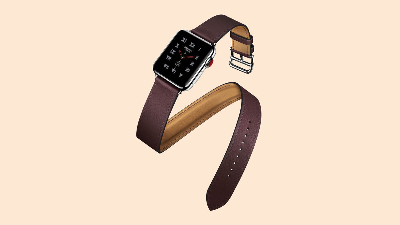Značka Hermes se spojila sApplem avznikla kolekce chytrých hodinek svyměnitelnými koženými řemínky. Tento se kolem zápěstí ovine dvakrát.