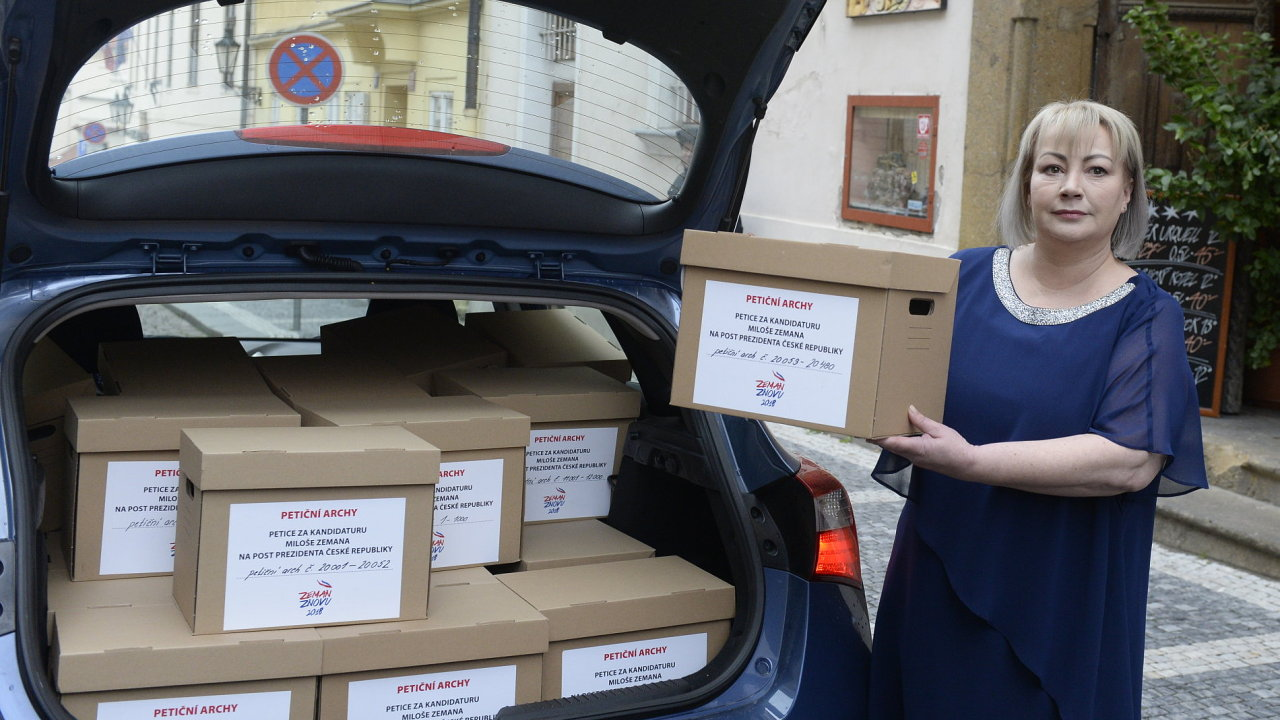 Manželka prezidenta Miloše Zemana Ivana ukazuje novinářům petiční archy s podpisy občanů.