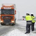 Husté sněžení komplikuje dopravu po celé České republice. Nákladní auta nad 3,5 tuny mohou očekávat uzavírky.