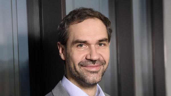 Dosavadní marketingový ředitel O2 Richard Siebenstisch ve firme povyšuje a po Jindřichu Fremuthovi přebírá vedení Komerční divize.
