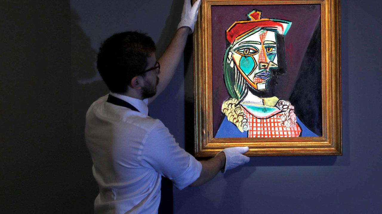 Londýnský aukční dům Sotheby'spřipravuje obraz Pabla Picassa Femme au béret et ala robe quadrillée napředaukční výstavu.