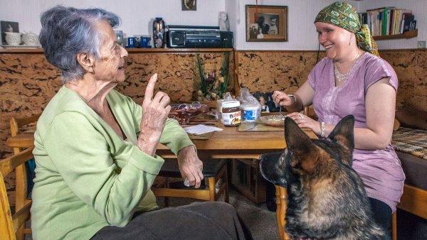 Nevidomá Alena Terezie Vítek (vpravo) už čtvrtým rokem navštěvuje šestadevadesátiletou důchodkyni. I díky tomu vznikl nový projekt Návštěvy potmě.