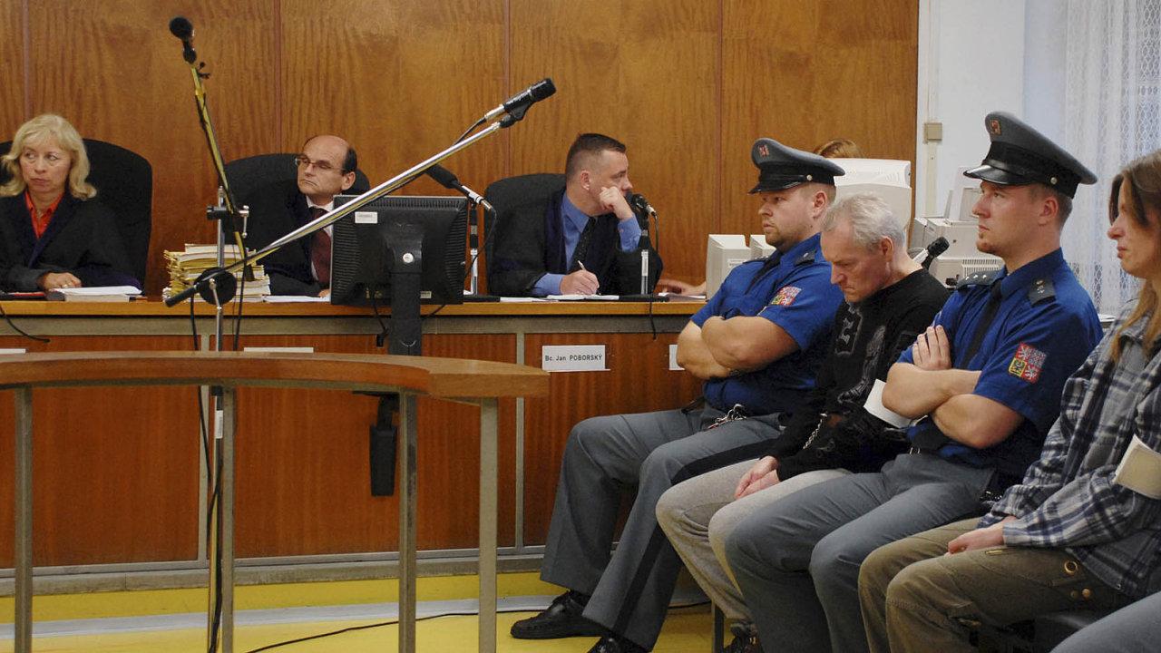 Soudce pražského vrchního soudu Ivan Elischer (druhý zleva).