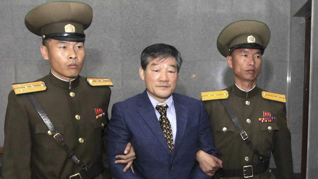 Kim Čong-un by mohl propustit tři americké vězně před svým setkáním s Donaldem Trumpem. Na snímku jeden z nich, Kim Tong-čchol, misionář korejského původu.