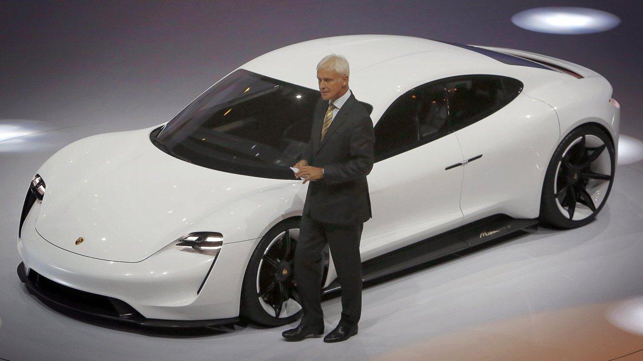 Šéf automobilky Volkswagen Matthias Müller představuje elektrické Porsche.