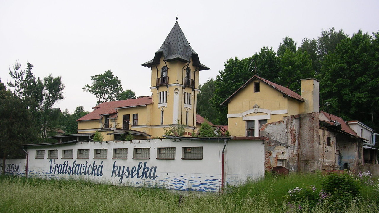 Zdevastovaná budova Vratislavické kyselky.