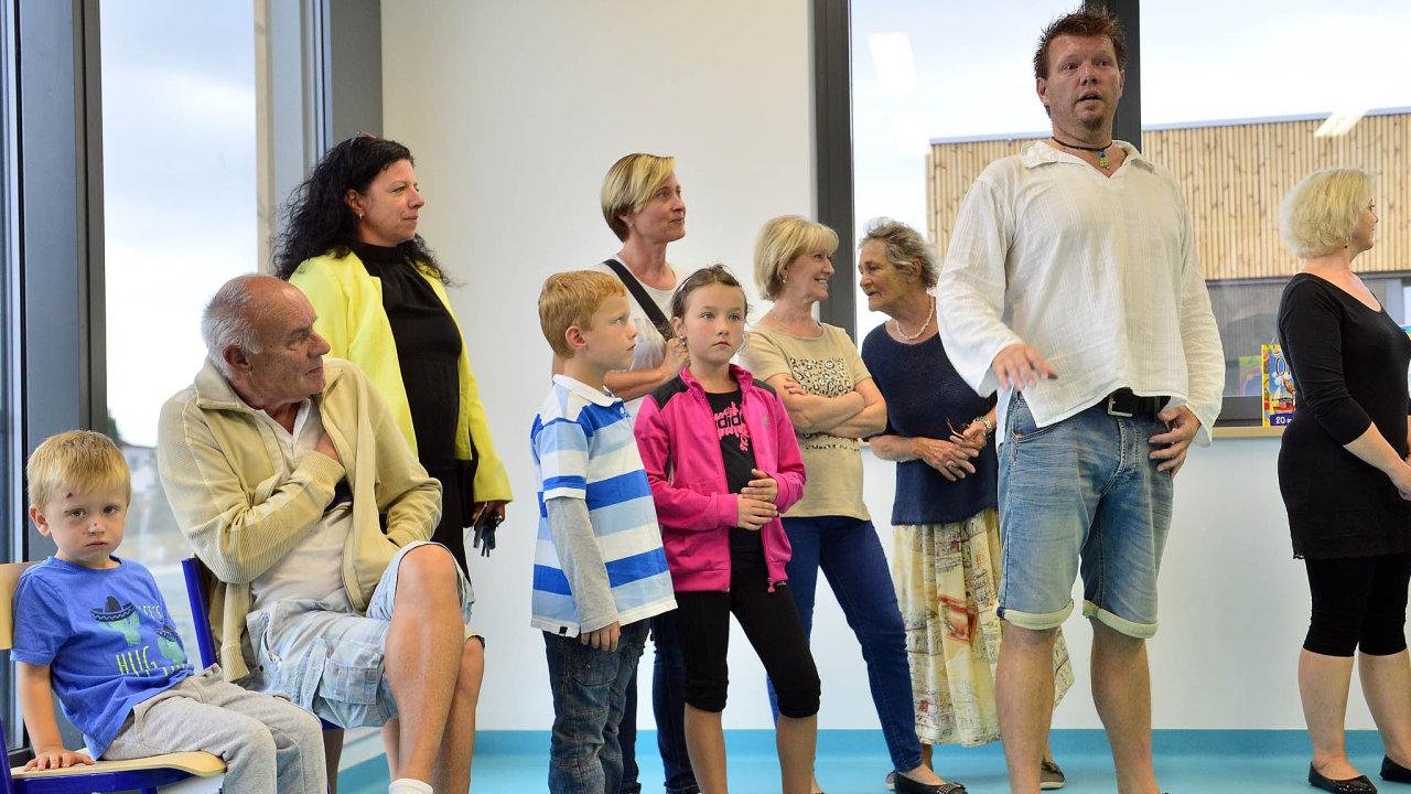 VÚjezdu uPrůhonic naokraji Prahy jde dnes deset prvňáčků doúplně nové školy.