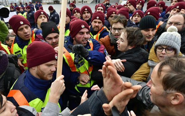 """Před budovou parlamentu se proti """"otrockému zákonu"""" konala demonstrace. """"Zrádci, zrádci"""" a """"Orbáne, běž k čertu"""" skandovali odpůrci novely zákona."""