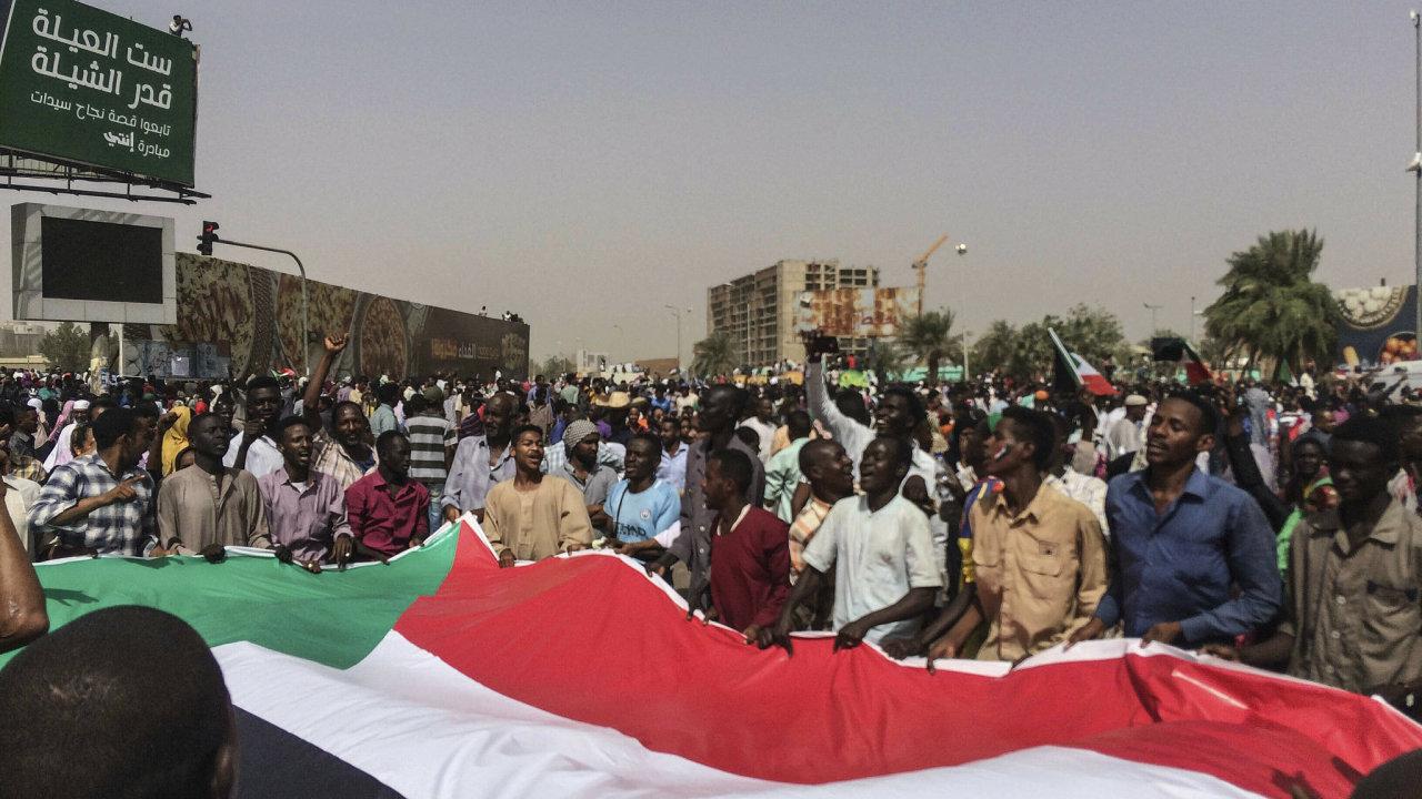 Současný vývoj v Súdánu souvisí s protesty, které obyvatelé zahájili již v prosinci.