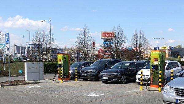 Nově otevřená rychlonabíjecí stanice u restaurace McDonald's v Olomouci.