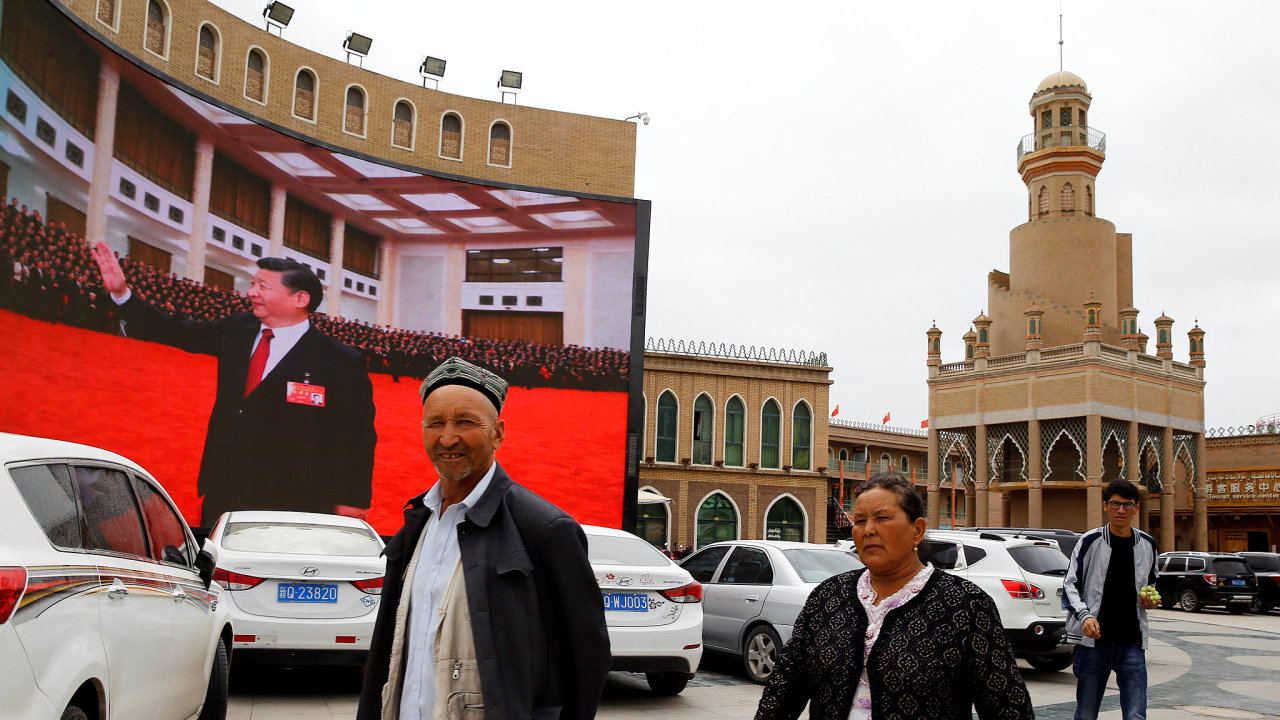 Čínská propaganda je všudypřítomná. Na snímku je vidět náměstí v hlavním městě provincie Sin-ťiang Urumči, jehož dominantou je nově i prezidentův portrét.