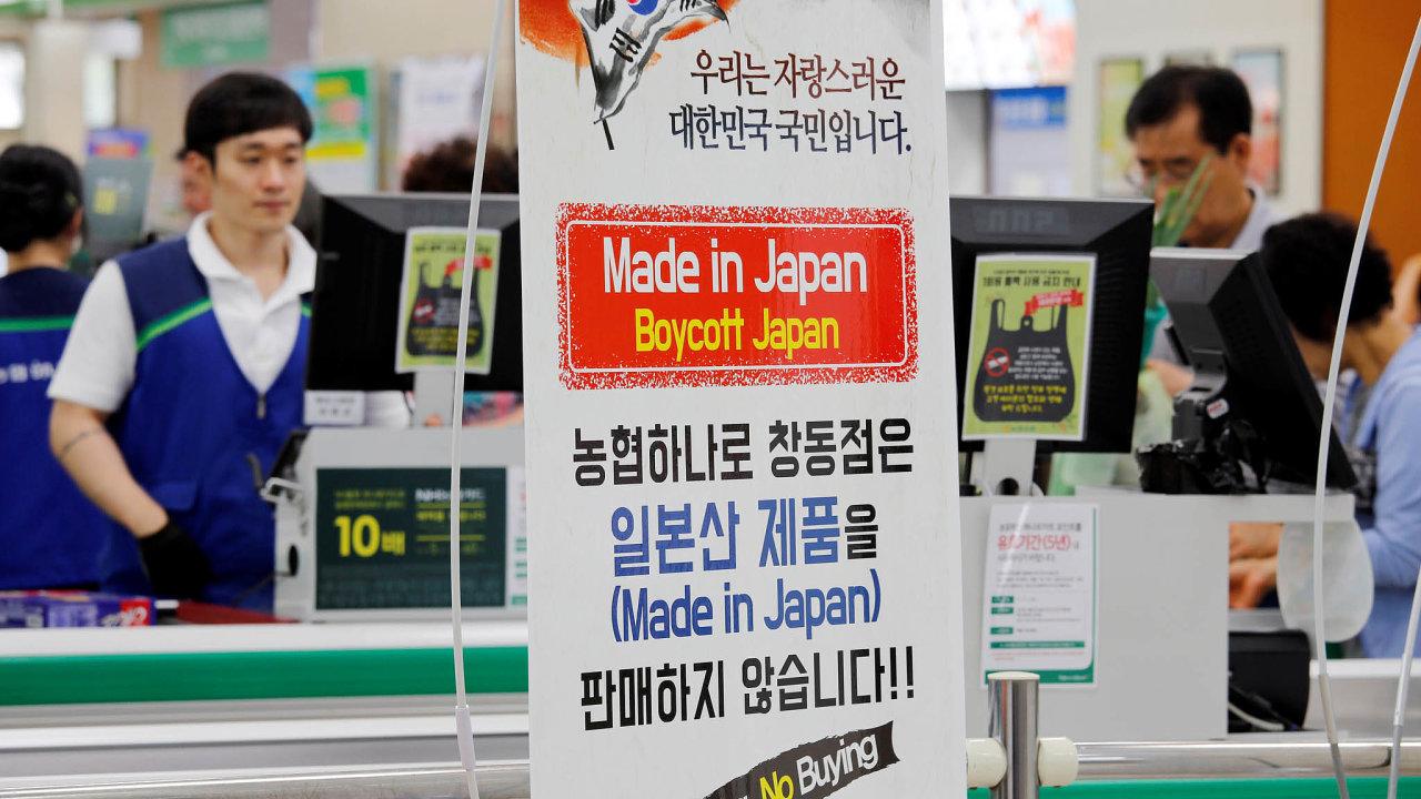 """Bojkot japonského zboží. """"Japonské výrobky neprodáváme,"""" hlásá nápis vkorejštině vjednom zobchodů vSoulu. Ito je důsledkem sporu mezi Jižní Koreou aJaponskem."""