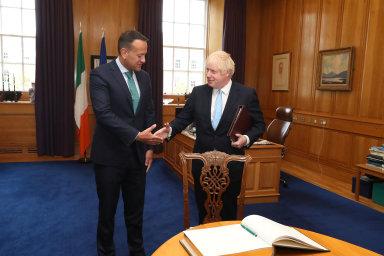Předseda britské vlády Boris Johnson (vpravo) a jeho irský protějšek Leo Varadkar (vlevo).