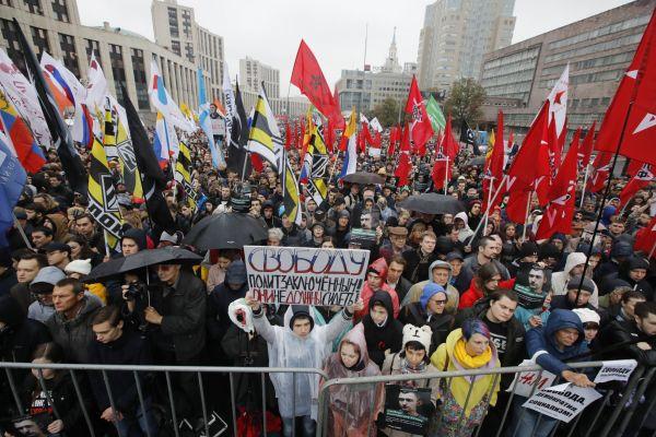 V centru Moskvy se na povolené manifestaci sešlo podle odhadu místní policie na 20.000 lidí.