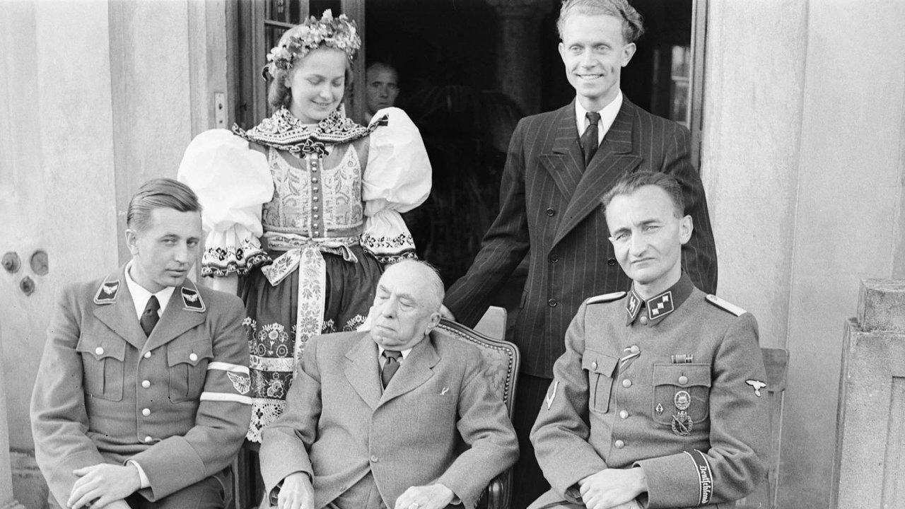 Duchem nepřítomný. Onarozeninách vroce 1943 vzdalo Emilu Háchovi hold Kuratorium pro výchovu mládeže vČechách anaMoravě. Jeho generální referent František Teuner je poprezidentově pravici.