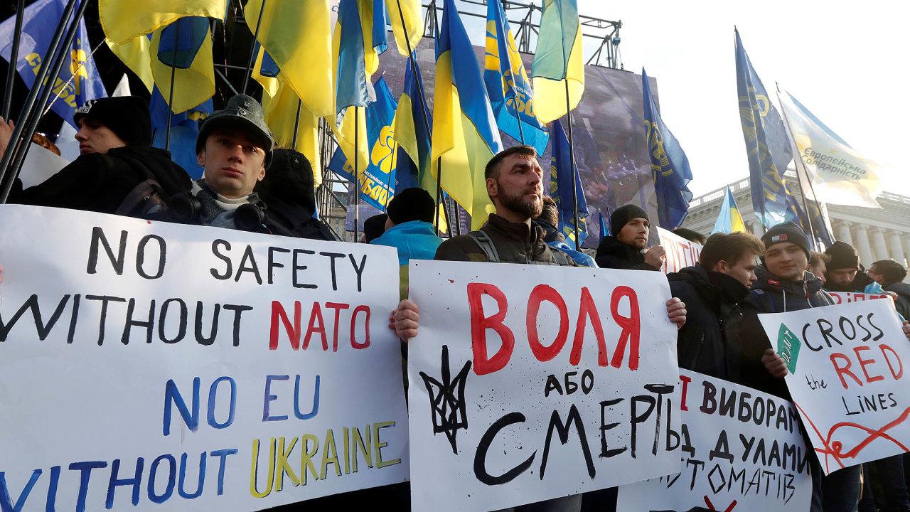 Několik desítek tisíc lidí protestovalo nakyjevském náměstí Majdan. Obávají se, že prezident Volodymyr Zelenskyj napařížském jednání příliš ustoupí požadavkům ruského prezidenta Vladimira Putina.