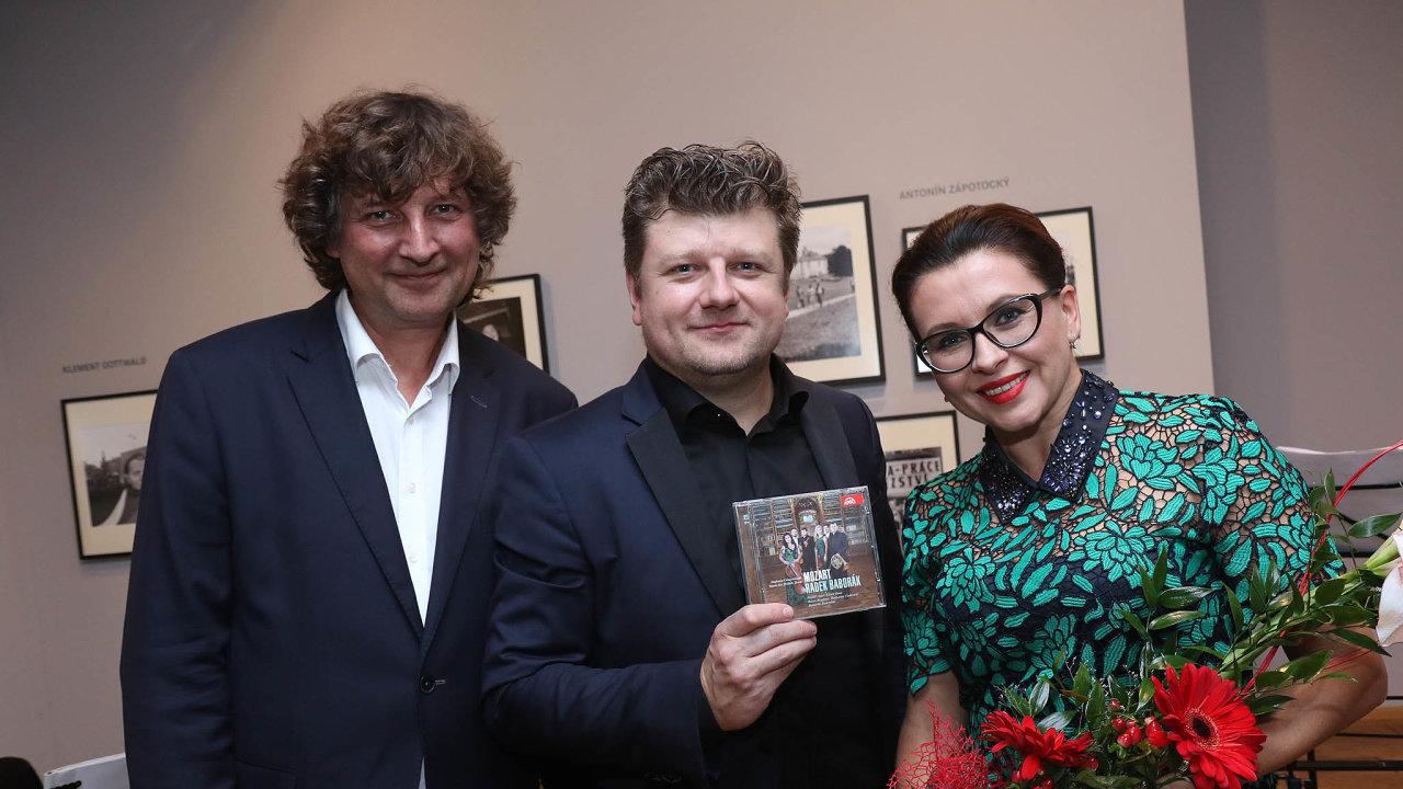 Hudebník Radek Baborák (uprostřed) na snímku s hudebníkem Petrem Maláskem a herečkou Danou Morávkovou