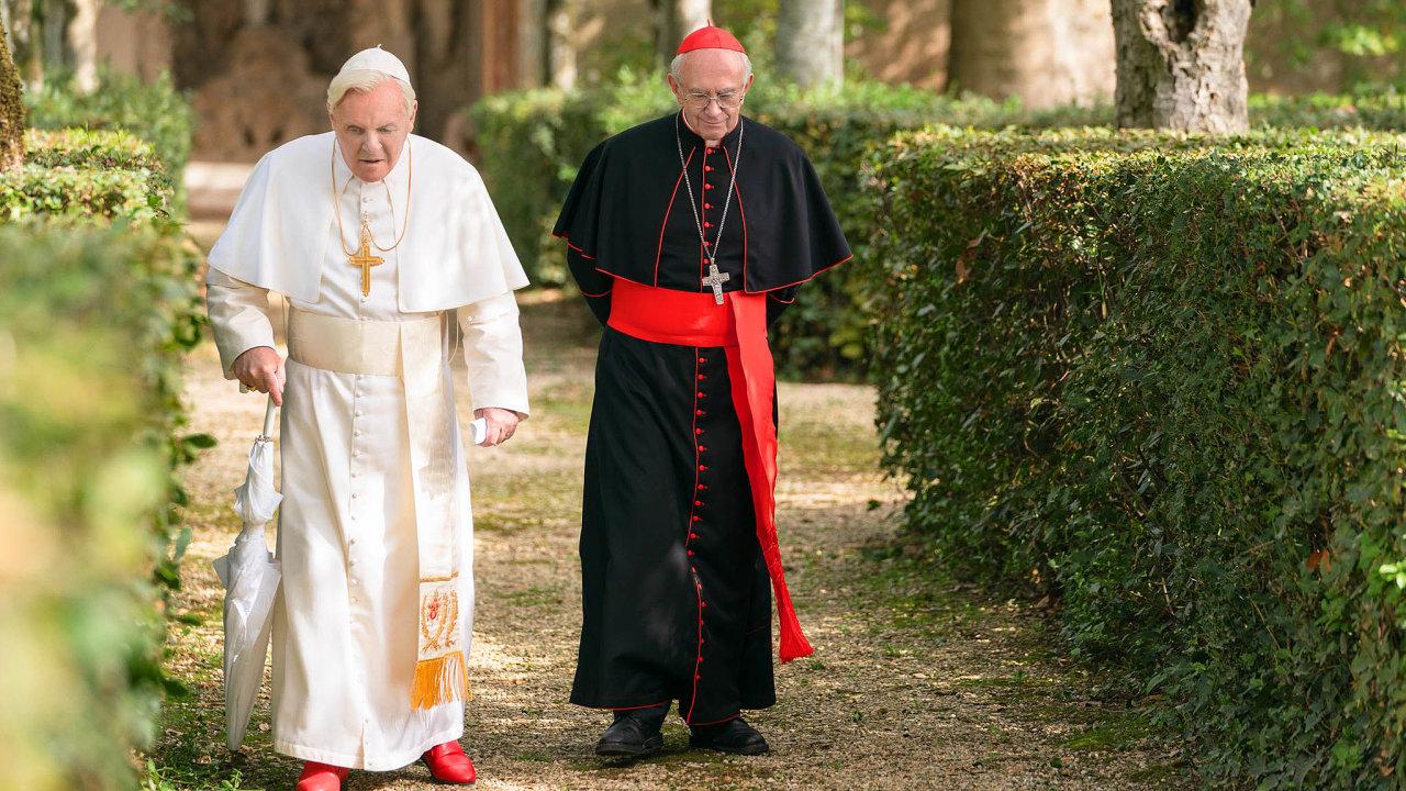 Anthony Hopkins v roli Benedikta XVI. (na snímku vlevo) a Jonathan Pryce jako kardinál Bergoglio, budoucí papež František.