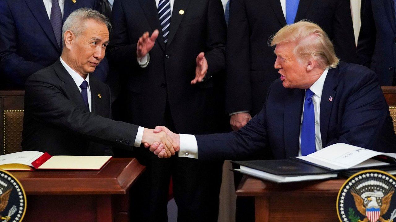Na obchodní deficit USA měla vliv také obchodní válka s Čínou, kvůli jejímuž konci v lednu podepsal Trump s čínským vicepremiérem Liou Chem dohodu.