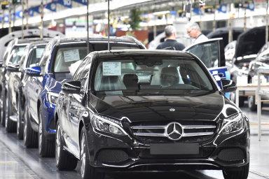 Až patnáct tisíc zesoučasných tří set tisíc zaměstnanců chce doroku 2022 propustit německá automobilka Daimler.