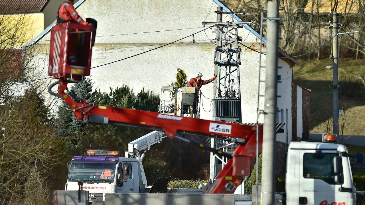 Oprava škod:Pracovníci energetické společnosti E.ON opravují poškozené vedení vMyšenci naPísecku. Kvůli silnému větru bylo najihu Čech až 50 tisíc domácností bez proudu.
