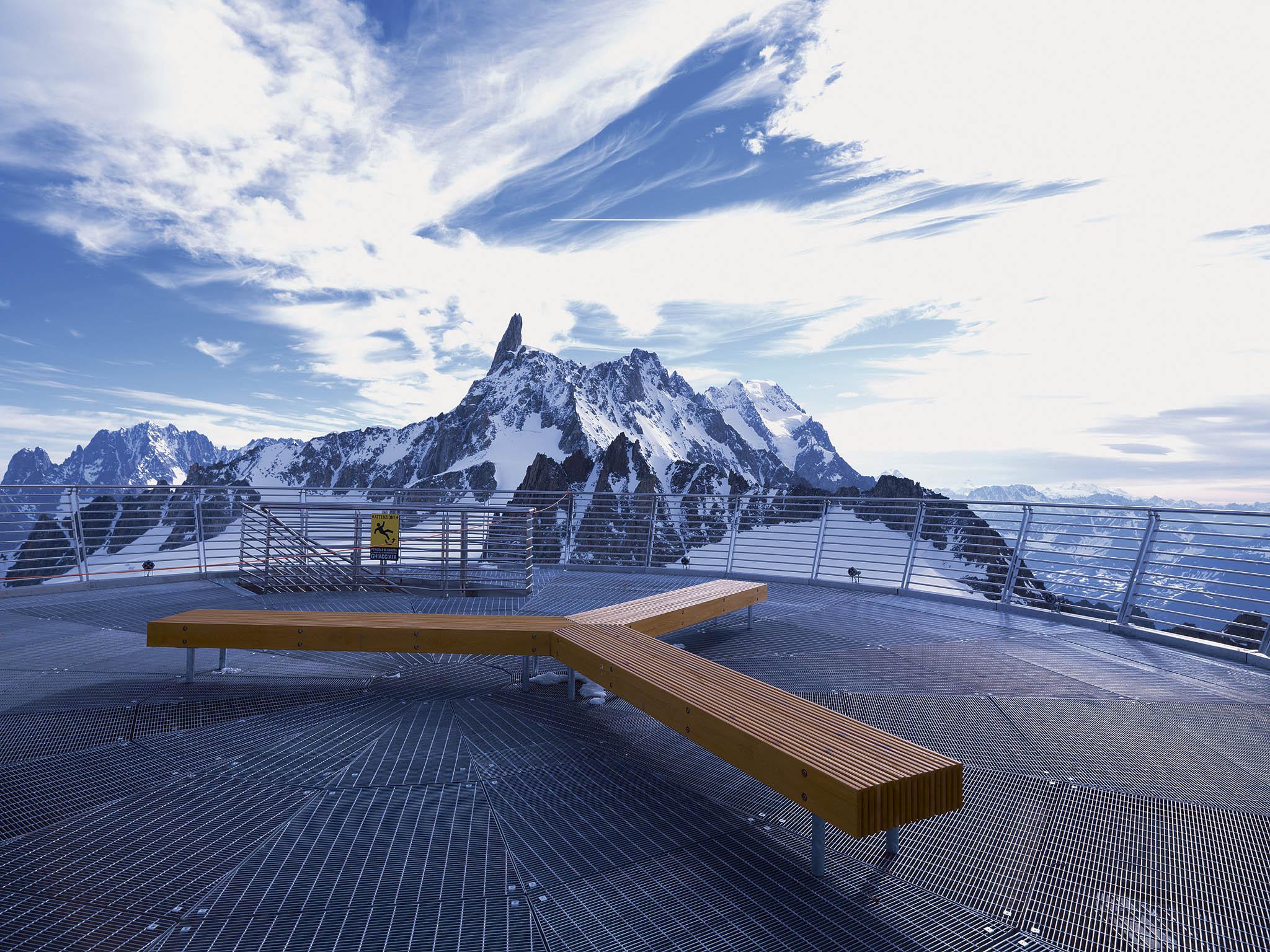 Lavička firmy mmcité stojí také navrcholu Punta Helbronner poblíž Mont Blancu.